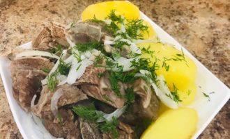 Перед подачей на стол мясо нарезать небольшими ломтиками, положить на блюдо с овощами, добавить отварной картофель и залить соусом.