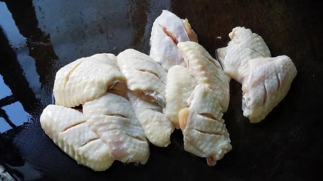 Тушеные куриные крылышки с картофелем